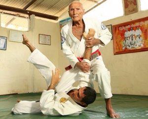manual completo de jiu jitsu helio gracie D NQ NP 20815 MLB20198724798 112014 F 1 300x242 - Helio Gracie: Rules For Jiu-Jitsu And Life